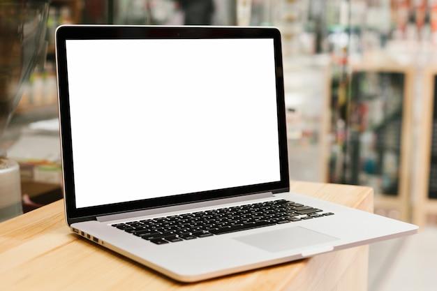 Laptop na makiecie powierzchni drewnianych