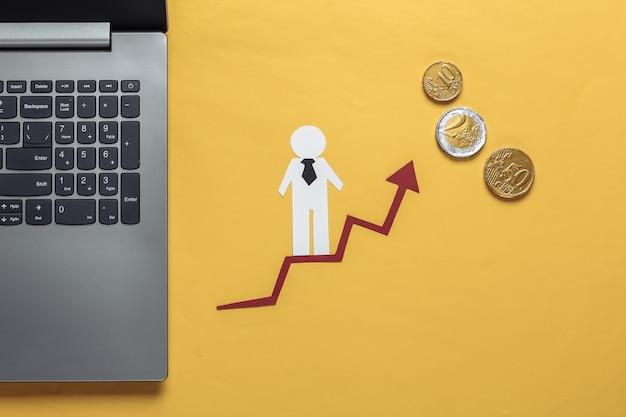 Laptop, papierowy człowiek biznesu na strzałkę wzrostu z monetami. żółty. symbol sukcesu finansowego i społecznego, schody do postępu