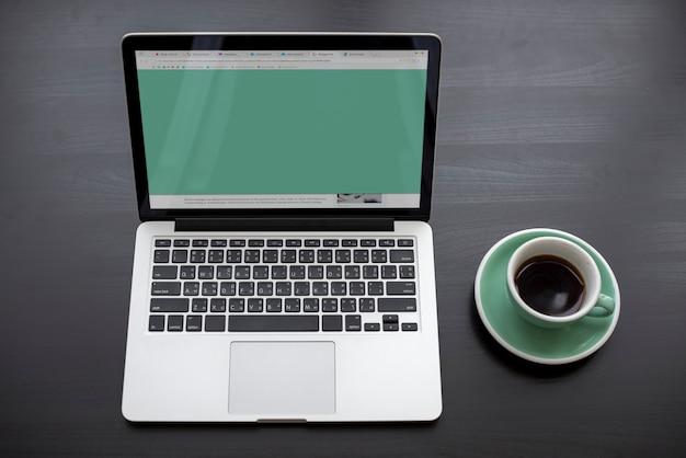 Laptop pokazuje zielonego ekranu desktop
