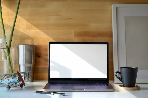 Laptop roboczy dla studentów, książki i plakat.