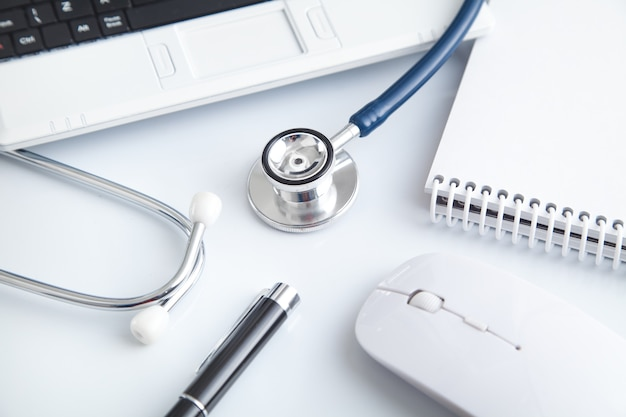 Laptop, stetoskop, długopis, notatnik, mysz komputerowa. medyczny. biznes