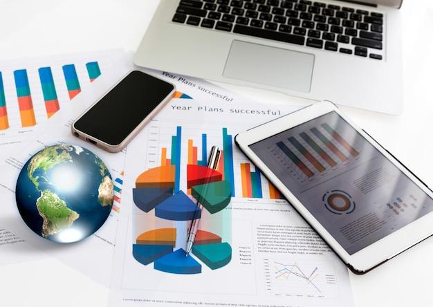 Laptop, tablet i telefon wraz z grafiką