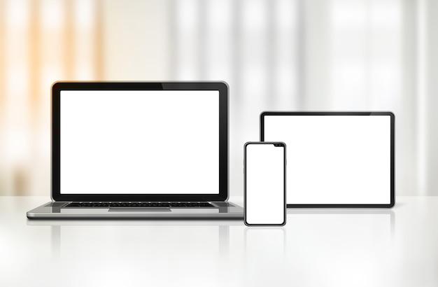 Laptop, telefon komórkowy i cyfrowy tablet pc na biurku wnętrza