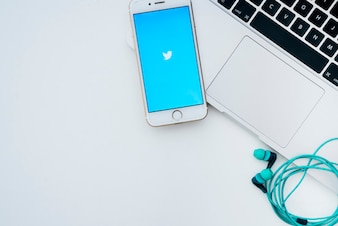 Laptop, telefon, słuchawki i twitter