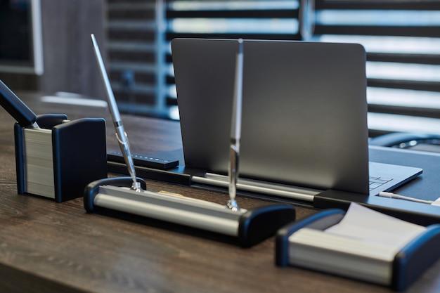 Laptop w biurze pracy. biznesowe miejsce pracy dla szefa, szefa lub innych pracowników. notatnik na stole roboczym.