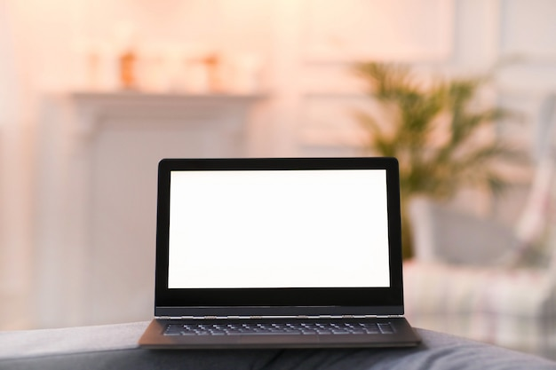 Laptop w wewnętrznym pokoju