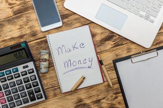 Laptop z banknotami dolarowymi i notatką zarabia pieniądze