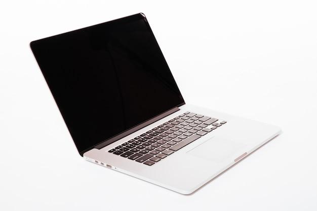 Laptop z białym ekranem. na białym tle na białej ścianie