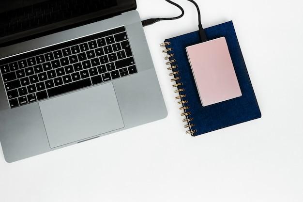 Laptop z dyskiem twardym i notatnikiem