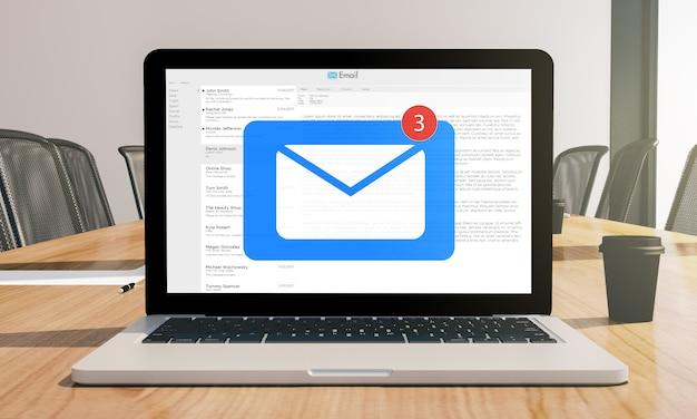 Laptop z ekranem poczty w sali konferencyjnej