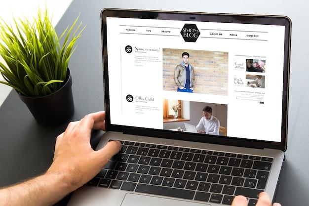 Laptop z ekranem witryny blogu na pulpicie