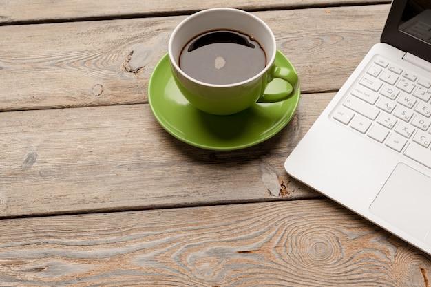 Laptop z filiżanką kawy