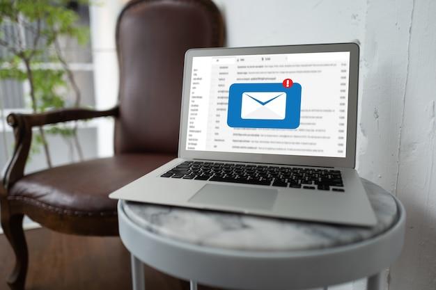 Laptop z mailami w kawiarni