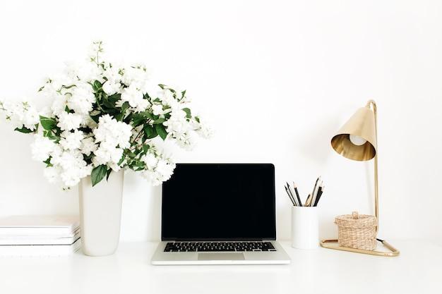 Laptop z makieta pustego ekranu miejsca na kopię na stole