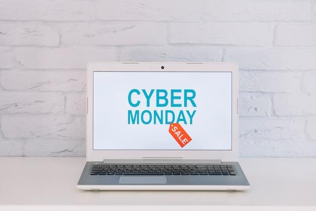 Laptop z otwartym cytatem sprzedaży