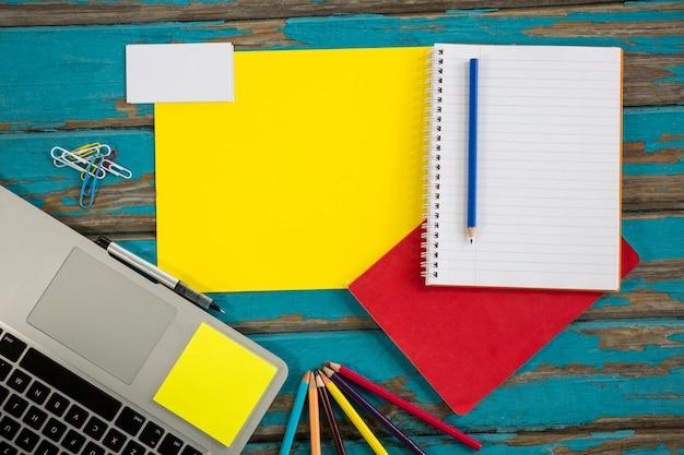 Laptop z plikami i spiralnym notatnikiem