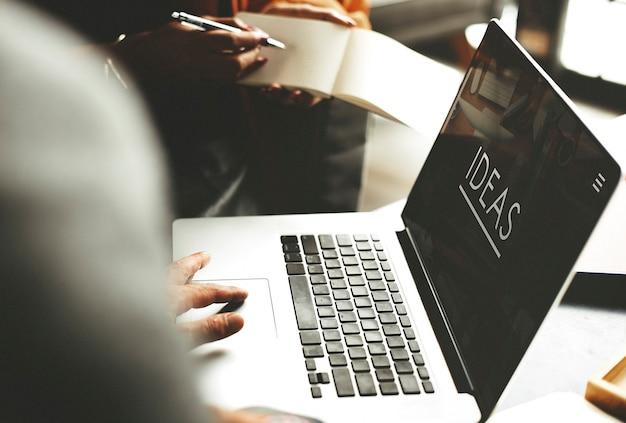 Laptop z pomysłem słowo na ekranie