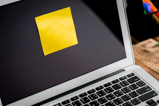 Laptop z post-it przyklejony do ekranu