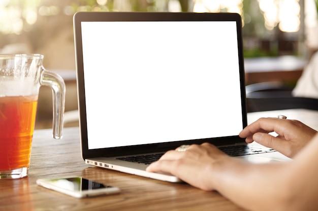 Laptop z pustym białym ekranem