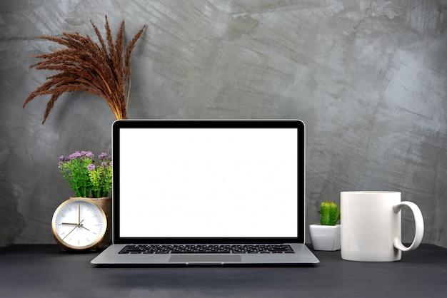 Laptop z pustym ekranem na stole