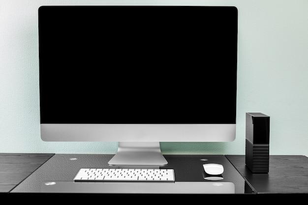 Laptop z pustym ekranem na stole.