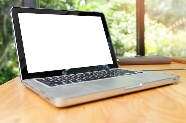 Laptop z pustym ekranem na widoku z przodu stołu roboczego.