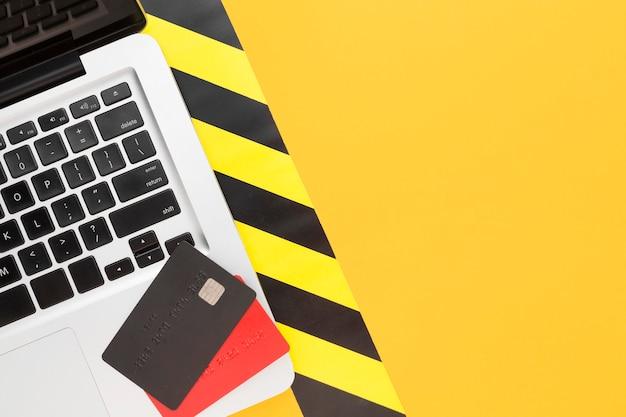 Laptop z widokiem z góry z kartami kredytowymi