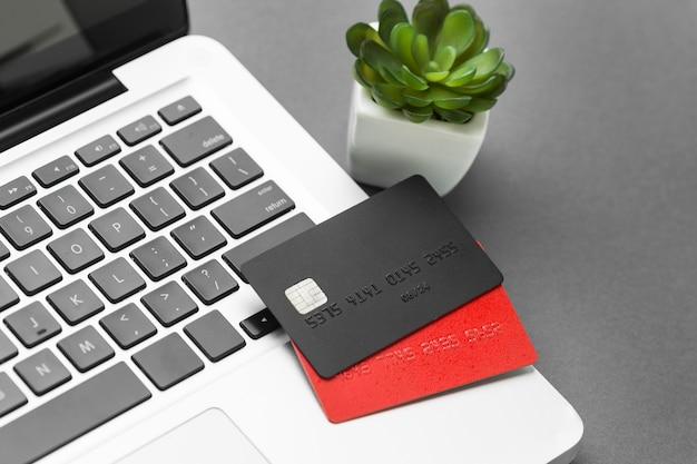 Laptop z wysokim widokiem i czarno-czerwone karty zakupowe