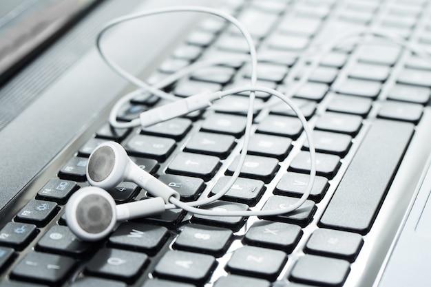 Laptop ze słuchawkami