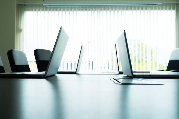 Laptopy komputerowe na stół w sali konferencyjnej.