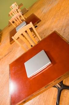 Laptopy siedząc na biurkach