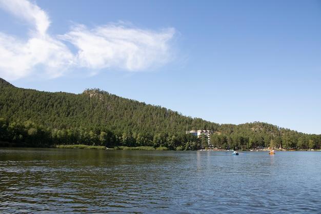 Las i jezioro w borovoe, burabai w górach. kazachstan