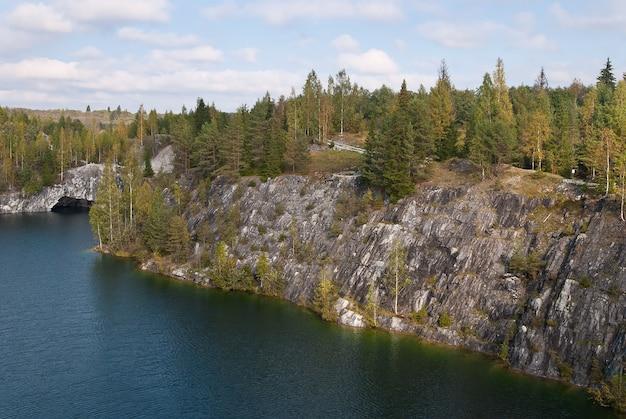 Las jezioro w skałach