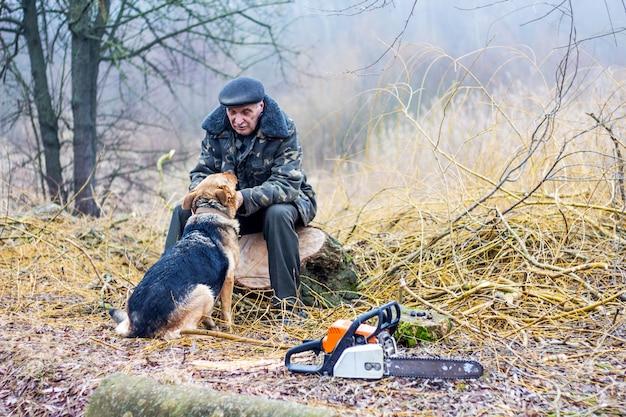 Las odpoczywa od pracy i komunikuje się z psem