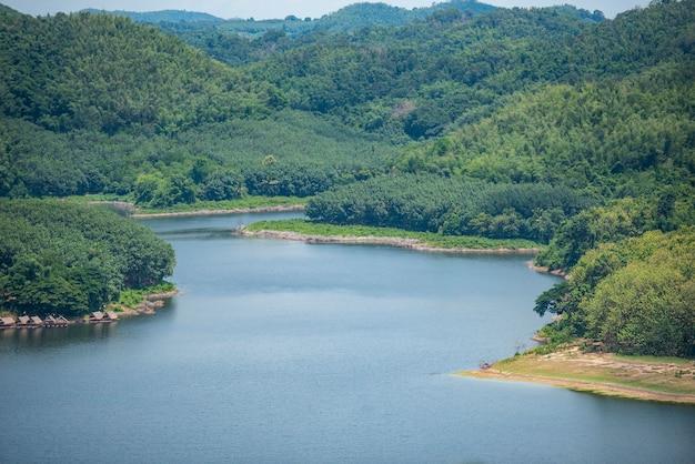 Las rzeczny natura obszar leśny zielone drzewo, rzeka laguna staw z błękitną wodą zielony las piękne świeże środowisko krajobraz dżungle jezioro