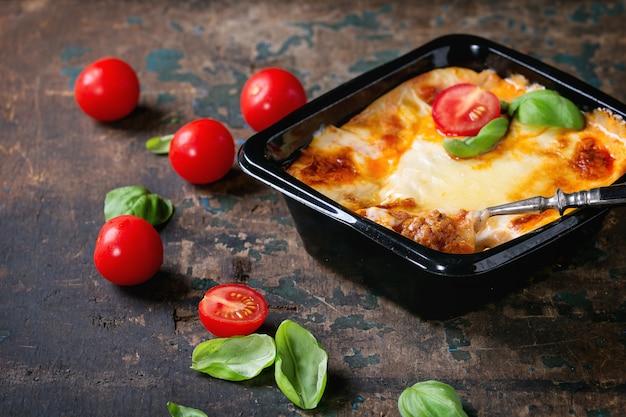 Lasagna w plastikowym pudełku