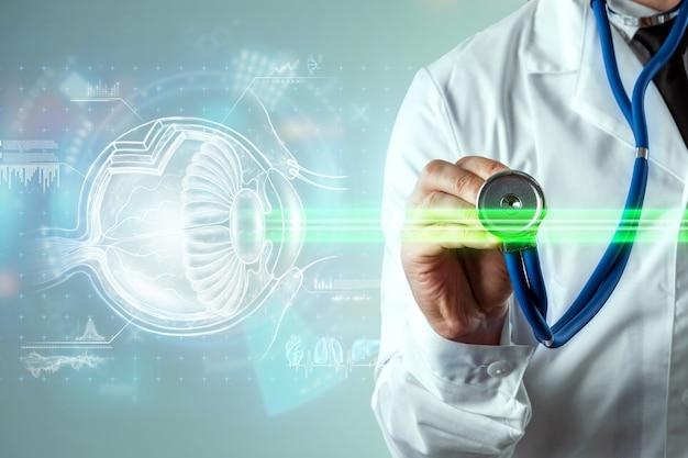 Laserowa chirurgia oka, hologram oka ludzkiego i wiązka laserowa, lekarz wykonuje operację. pojęcie chirurgii oka, zaćmy, ostegmatyzmu, współczesnego okulisty.