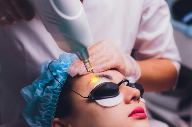 Laserowe usuwanie makijażu permanentnego na twarzy
