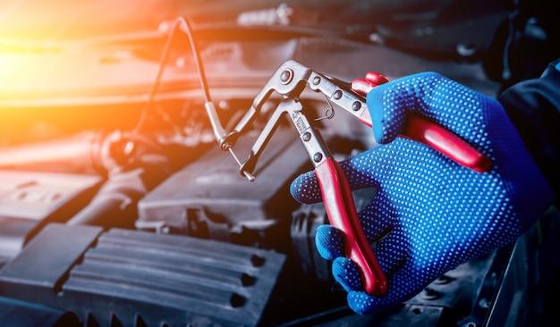 Laserowy termometr na podczerwień w dłoni. pomiar temperatury silnika
