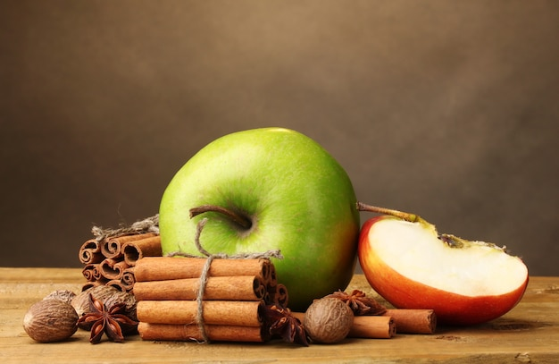 Laski cynamonu, gałka muszkatołowa jabłka i anyż na drewnianym stole