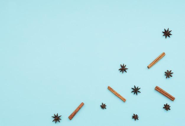 Laski cynamonu i gwiazdki anyżu na niebieskim tle