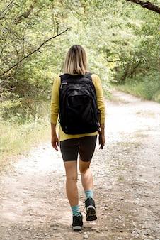 Lasowa chodząca kobieta