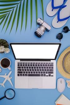 Lata niebieskie tło z laptopem