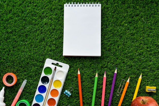 Lata tło z egzaminem próbnym up i kopii przestrzenią. koncepcja hobby dzieci i przyborów szkolnych