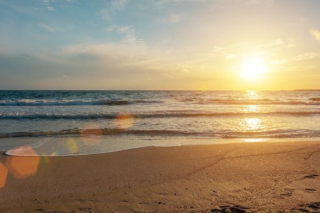 Lata tło z tropikalną plażą podczas zmierzchu
