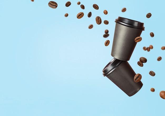 Latająca kawa z papierowych kubków z latającymi ziarnami kawy