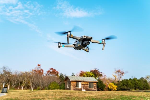 Latające drony w parku