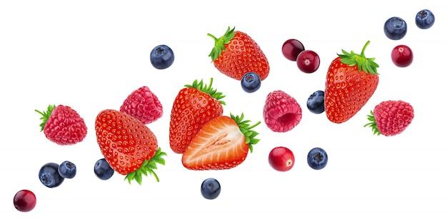 Latające jagody na białym tle na białym tle ze ścieżką przycinającą, różne spadające dzikie owoce jagodowe, kolekcja