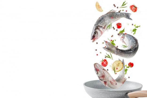 Latające jedzenie, surowa ryba okonia morskiego z przyprawami