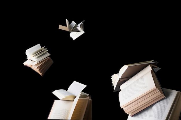 Latające książki na białym tle
